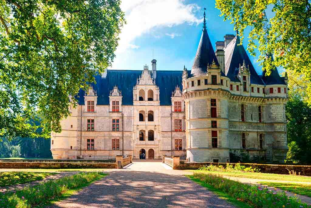 Famous Castles in Loire Valley Château-d'Azay-le-Rideau