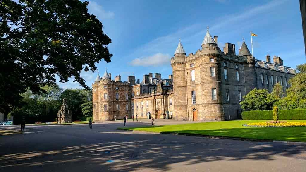 Best castles in Edinburgh-Palace-of-Holyroodhouse