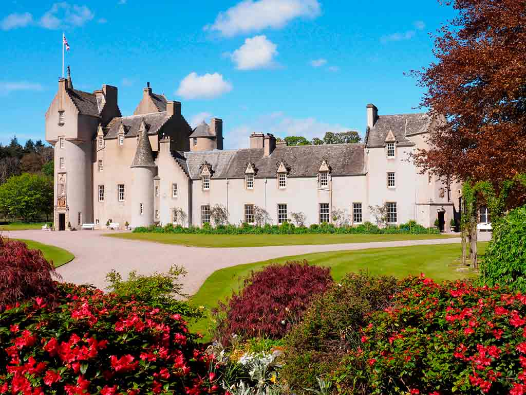 Famous Castles in Highlands-Ballindalloch-Castle-and-Gardens-(xana)